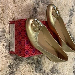 TORY BURCH Claire ballet flat in gold 7.5